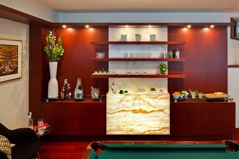 Plans de design Salle de billard avec un bar en bois et en Onyx rétro-éclairé style club anglais