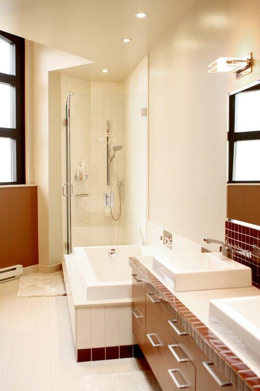 Une salle de bain pour enfants, simple, lumineuse et efficace