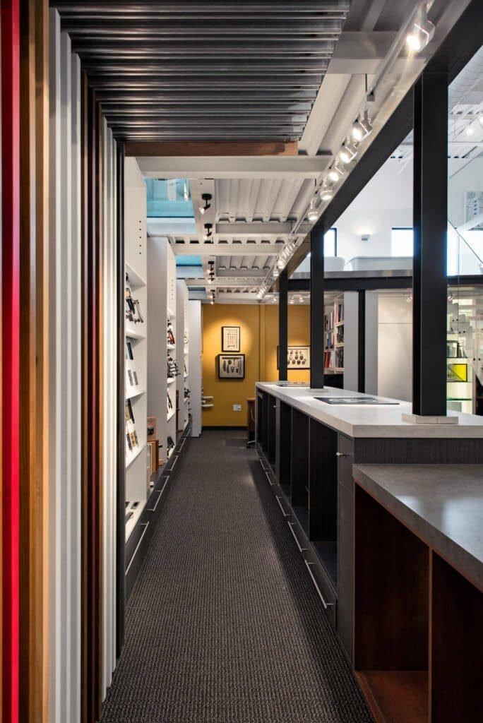 Ébénisterie et design des démonstrateurs interactif. Design de la mezzanine et de ces parois vitrées.
