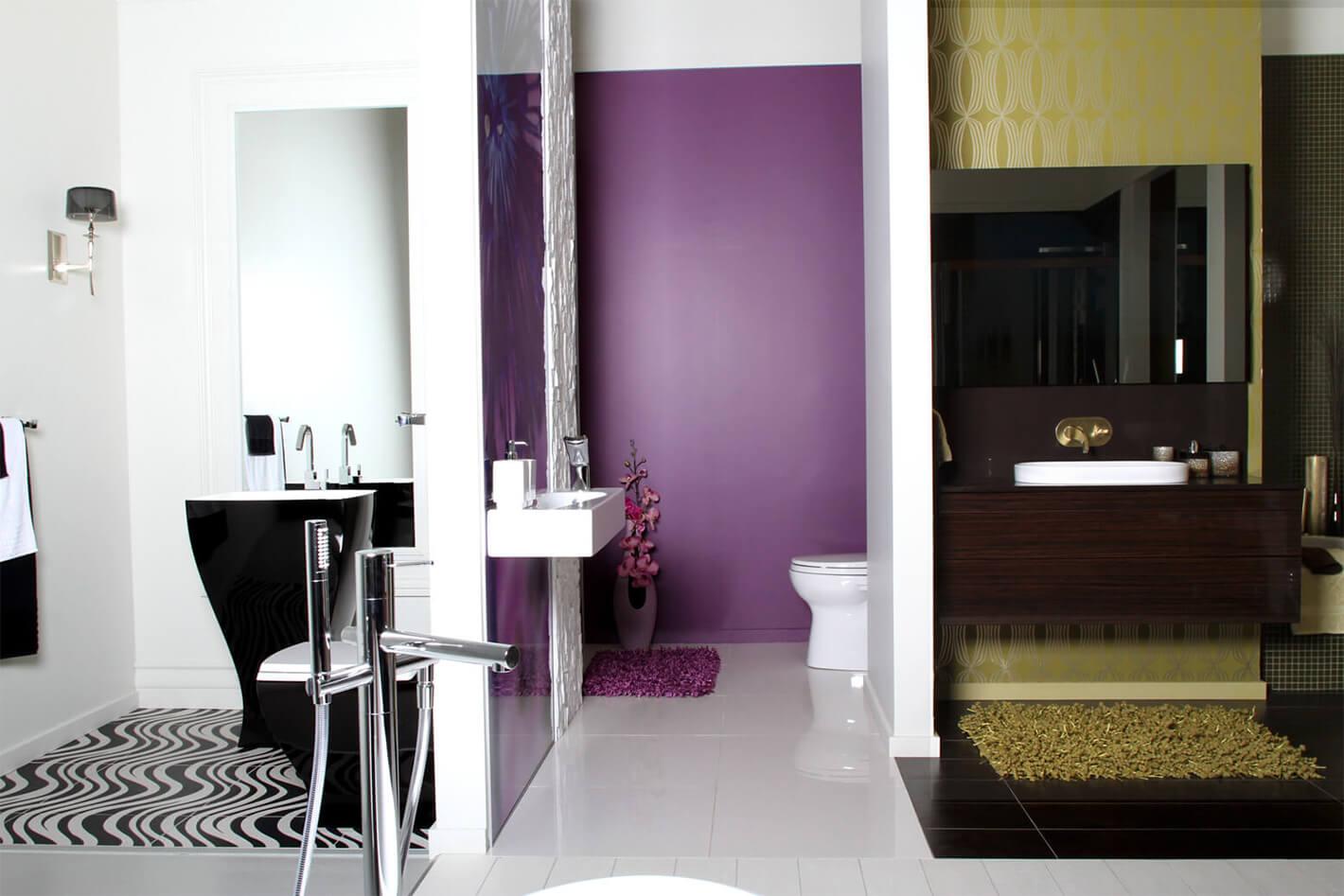 3 salles de bain juxtaposées de style différents mais dont l'agencement cohabite.