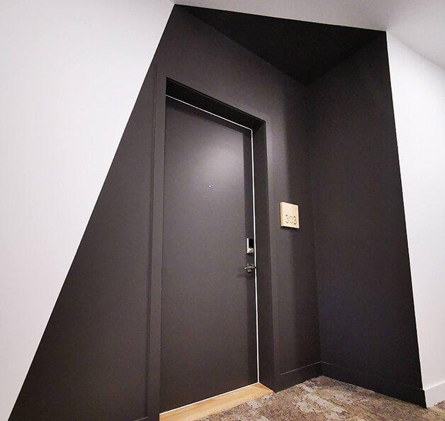 Design intérieur résidentiel - Le Borduas à Mont-Saint-Hilaire, Québec, Porte noire